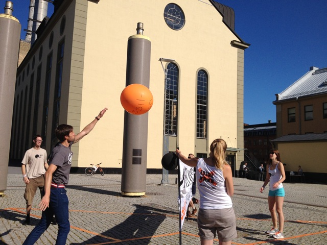 FossilFree Sweden spelar fossilbubble-volleyboll