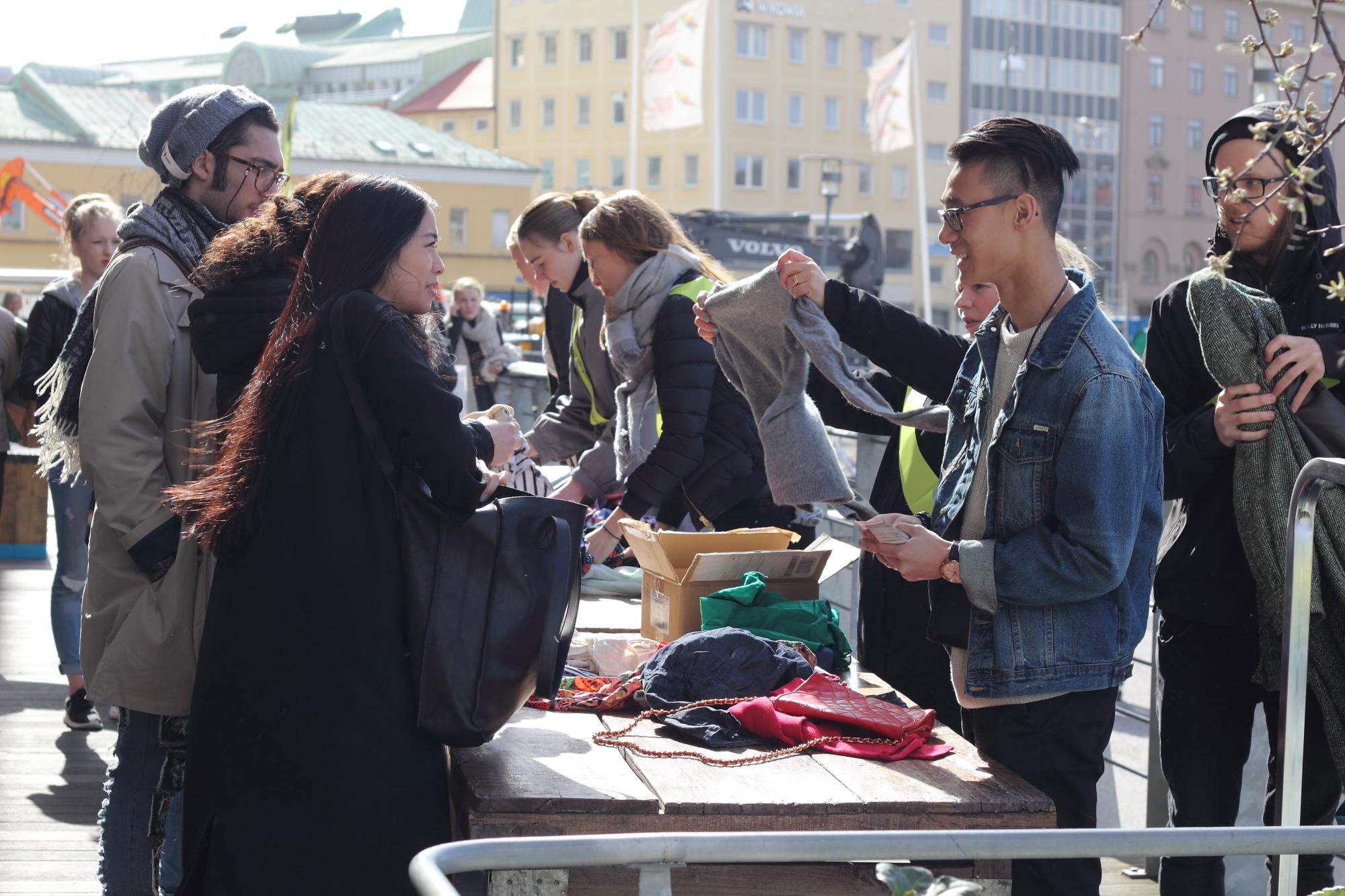 Sune Chee är en av de volontärer som tog emot tusentals plagg under klädbytardagen.