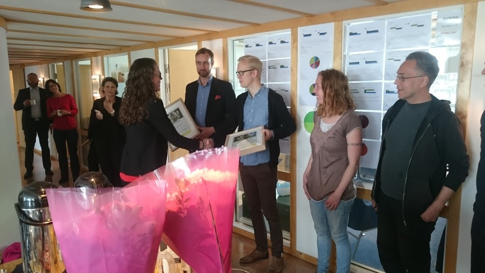 Naturskyddsföreningen i Göteborgs ordförande Lena Nilsson överlämnar Kaprifolpriset.
